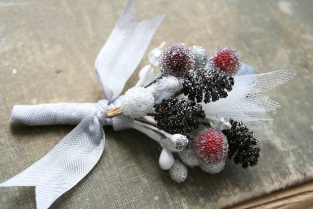 handmade-weddings-how-to-style-a-romantic-winter-wedding-berry-boutonniere.original